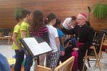 Weihbischof Franz Scharl besucht die Kathi-Kids