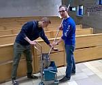 Hannes und Max beim Osterputz