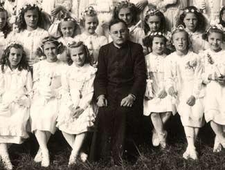 Johann Geistler mit Erstkommunikanten