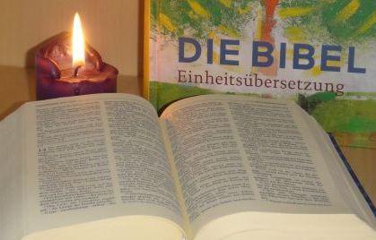 Bibel im Herbst
